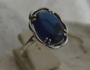 srebrny pierścionek z szafirem