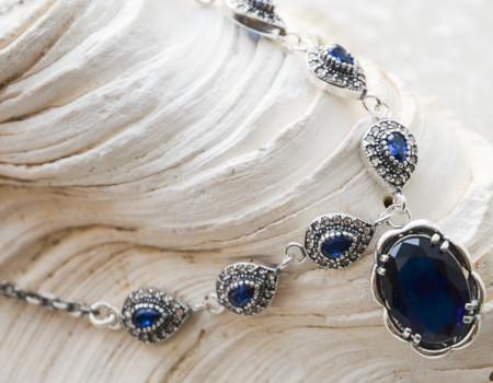 Srebrny naszyjnik z szafirami – od zamówienia do wyrobu gotowego.